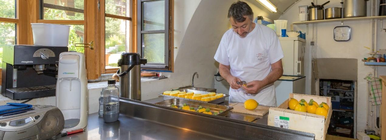 Préparation des courgettes farcies. Photo de Bertrand Bodin pour la marque Esprit Parc